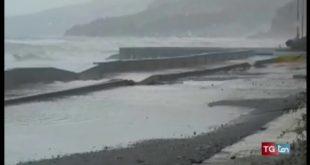 Fuscaldo, mareggiate distruggono barriere utilizzate per proteggere le case
